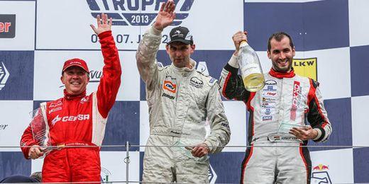 El piloto de CEPSA en el podio