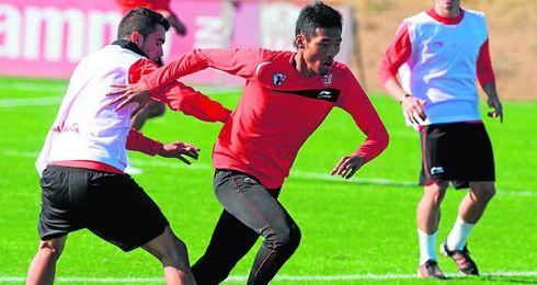 Hiroshi Ibusuki durante un entrenamiento con el Sevilla. Llegó a debutar con el primer equipo.