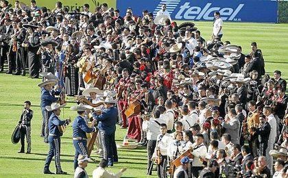 Imagen del Record Guiness de mariachis en el Rose Bowl.