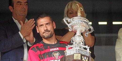En la imagen, Palop representa al Sevilla en la entrega de trofeos de su último Carranza.
