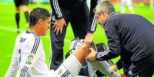 Varane en el momento de su lesión en Cornellá-El Prat.