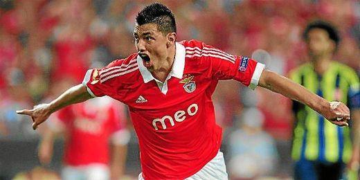 Óscar Cardozo celebra un gol con el Benfica.