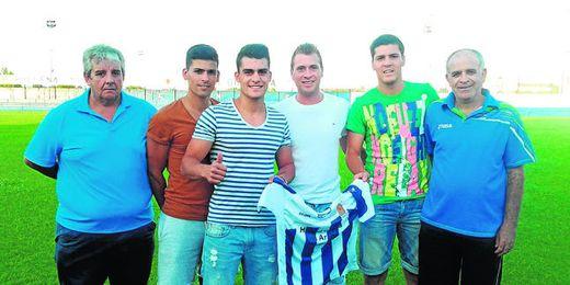 Juanlu, Álex, Pesca y Selu, por este orden de izquierda a derecha, posan con Manuel Ramos y Marcelo Domínguez.