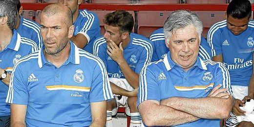 Ancelotti y Zidane durante el partido contra el Bournemouth