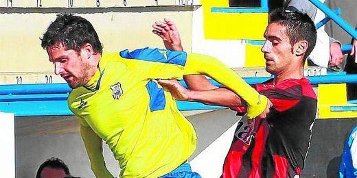 Aurelio, que defenderá la elástica amarilla un año más, pugna el esférico con el medio rojinegro Jesús Mari.