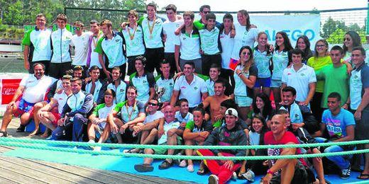 El Club Náutico Sevilla posa con el trofeo de campeón de España