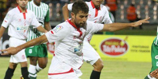 Coke, en un lance de juego del Atlético Nacional-Sevilla.