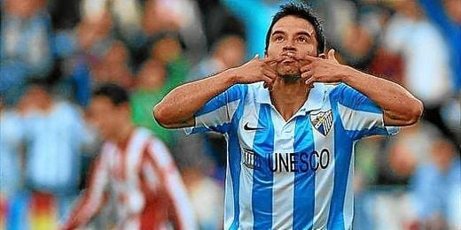 Saviola celebrando un gol con el Málaga