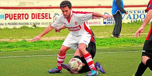 En la imagen, Alberto Fernández, nuevo jugador del Mairena, en un lance del Racing Portuense-Cabecense.