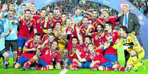 La selección española sub 21 posa con el trofeo de Campeón de Europa recientemente conseguido.