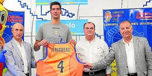 El ex del Caja con la camiseta del Valencia Basket y los dirigentes del equipo.