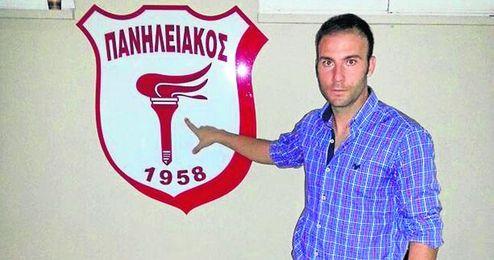 Óscar posa junto al escudo de su nuevo equipo.