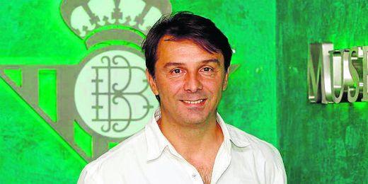 Vlada Stosic, posa sonriente delante del escudo del Real Betis Balompié.