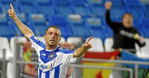 Jonathan Valle, pieza clave del equipo blanquiazul, celebra un gol durante un partido.