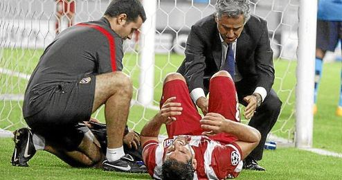 Raul García siendo atendido por los médicos del club.