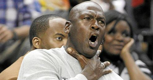 Jordan se remueve en su asiento al ver un partido de NBA.
