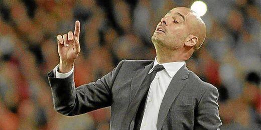 Pep Guardiola dando indicaciones a sus hombres durante un partido.