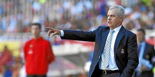 Javier Aguirre dirigiendo a los jugadores del Espayol.