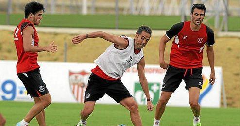 Fernando Navarro, en un entrenamiento junto a Jairo e Iborra.