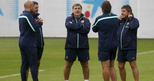 Tata Martino (centro) con sus ayudantes durante un entrenamiento.