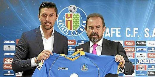 Ciprian Marica posa con la camiseta del Getafe junto a Ángel Torres, presidente azulón.