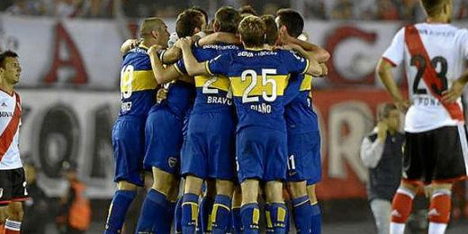 Los jugadores de Boca celebran el tanto conseguido en el clásico argetino.