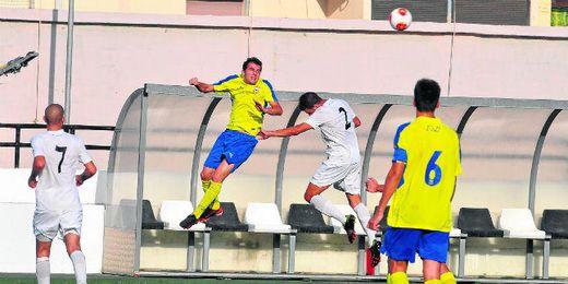 El joven extremo Curro lucha en un salto por el balón durante el encuentro disputado ayer entre Ceuta y Coria.