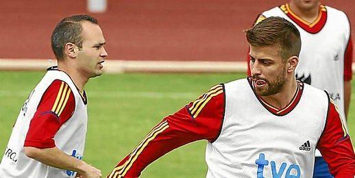 Iniesta y Piqué en un entrenamiento de la selección española.
