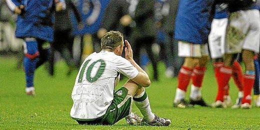 Keane abatido tras caer ante Francia en la repesca para el pasado Mundial 2010.