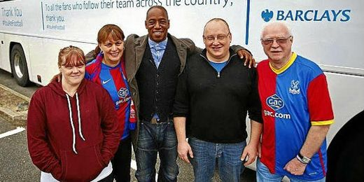 Ian Wright junto a aficionados del Crystal Palace.