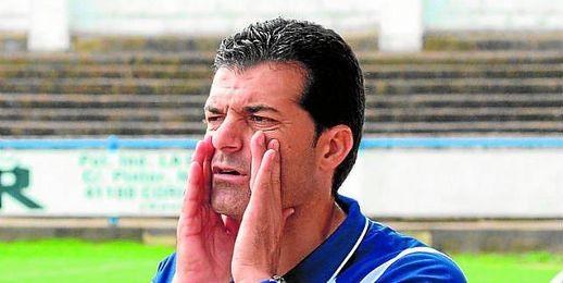 El técnico coriano, Mariano Suárez, dando instrucciones a sus pupilos durante un partido del conjunto ribereño.