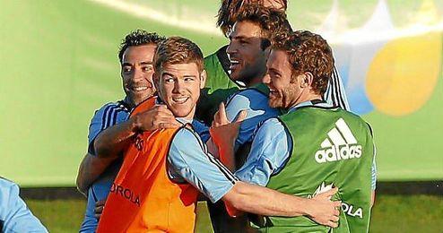 Alberto Moreno junto a Cesc, Xavi y Mata en el entrenamiento de ayer de la selección.