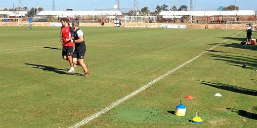 Rusescu realiza ejercicios de recuperación junto a Sergio Domínguez.