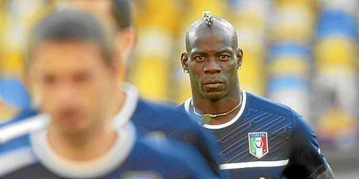 Balotelli jugando con la selección italiana.