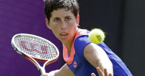 Carla Suárez cara a cara con una pelota.