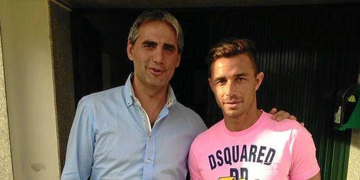 Rubén posa junto al delegado Víctor Antequera en la ciudad deportiva bética.