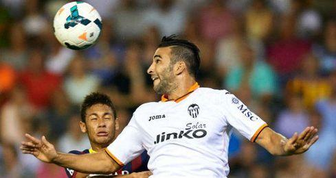 Adil Rami disputa un balón con el brasileño Neymar en este inicio de temporada.