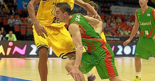 Satoransky intenta zafarse de un rival en el partido ante el Gran Canaria.