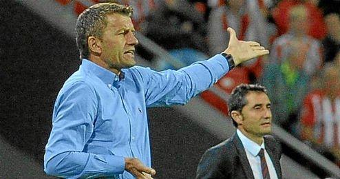 Djukic dando instrucciones a sus jugadores en el Athletic-Valencia.