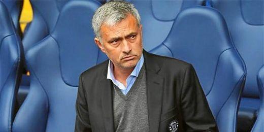 """Las gradas corearon """"José Mourinho se sienta donde quiere""""."""