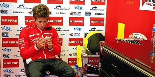 Terol descansando tras los entrenamientos de Moto2.