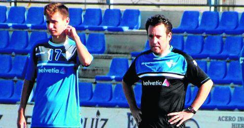 José Manuel Borja, entrenador del Écija, expectante durante una sesión de entrenamiento del cuadro azulino.