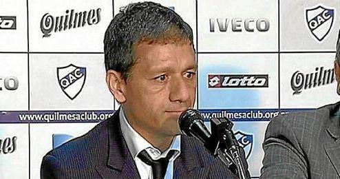 Nelson Vivas renuncia a su cargo de entrenador del Quilmes tras agredir a un aficionado.