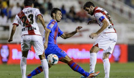 El gallego Roberto Trashorras asiste a Bueno durante un partido en Vallecas.