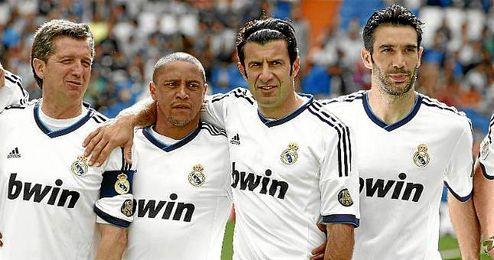 Luis Figo, junto a Chendo, Roberto Carlos y Fernando Sanz en un partido de veterano del Real Madrid.