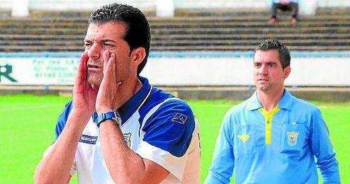 Mariano Suárez, entrenador del Coria, se dirige enérgicamente a sus hombres durante un partido liguero.