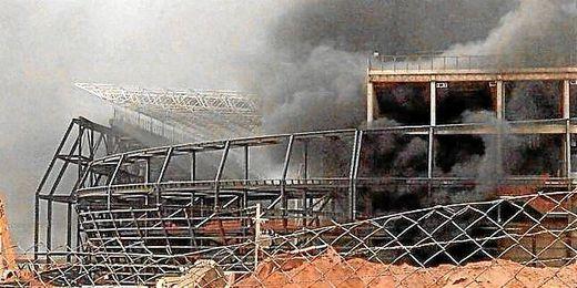Imagen del incendio originado en el estadio Arena Pantanal de Cuiabá.
