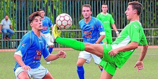 En la imagen, Antonio Cruz (La Barrera) controla el balón ante el ya excañamero José Ruiz, ahora en el Triana.