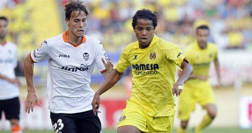 Canales disputa un balón ayer con el mejicano Gio Dos Santos.