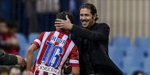 El Cholo Simeone felicita a Óliver Torres tras su gol a los 15 segundos de partido.